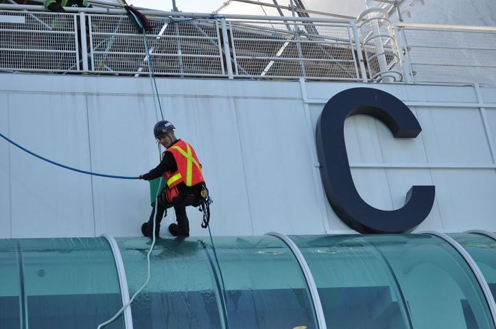 1280px-Canada_Place_-_workmen_02